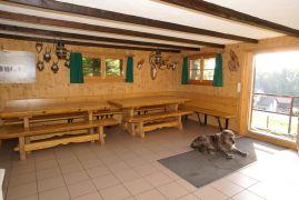 obere Waldhütte Sennweid mit Hund Leo